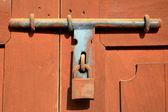 Blocco di ruggine sulla porta in legno. — Foto Stock