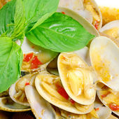 STIR FRIED CLAMS WITH ROASTED CHILI PASTE AND THAI BASIL LEAVES. — Stock Photo