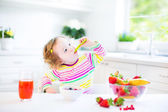 Girl having breakfast — Foto de Stock