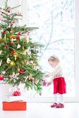 Toddler girl decorating Christmas tree — Stockfoto