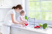 Matka a její dcera mytí zeleniny — Stock fotografie