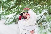 Jongen knuffelen zijn zusje in winter park — Stockfoto