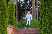 Chłopiec biegną na piękny ogród schody — Zdjęcie stockowe