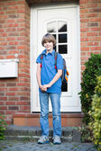 Boy leaving home on his way to the first day at school — Foto Stock