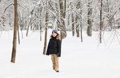 Chlapec šel v zasněženém parku — Stock fotografie