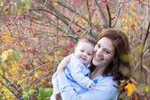 Mutter spielt mit ihre kleine tochter — Stockfoto