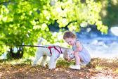 Holčička hrát se psem — Stock fotografie