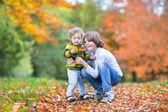 一緒に遊んで兄と幼児の姉妹 — ストック写真