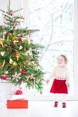 Bambino ragazza decorazione albero di natale — Foto Stock