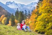 Tres niños jugando después de senderismo en hermosas montañas cubiertas de nieve — Foto de Stock