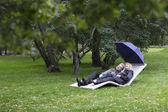 Paar ontspannen op een ligstoel onder paraplu — Stockfoto
