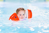 Toddler girl in a swimming pool — Stock Photo