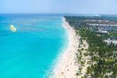 Avuç içi ile tropikal plaj — Stok fotoğraf