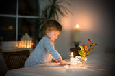 Mädchen beobachten brennende Kerzen — Stockfoto