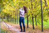 Mutter mit ihrem baby in einem herbst park walking — Stockfoto