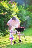 Otec a dcera, grilování na zahradě — Stock fotografie