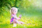 Engraçadinha, tomando sorvete no jardim — Foto de Stock