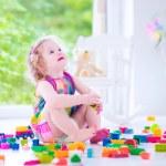 小女孩玩积木 — 图库照片