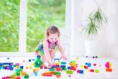 Meisje met blokken spelen — Stockfoto
