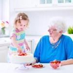 abuela pastel horneado con nieta — Foto de Stock   #49279139