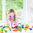 Little girl playing with blocks — Стоковое фото