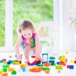 Маленькая девочка, играя с блоками — Стоковое фото