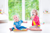 Kids playing music with xylophone — Foto Stock