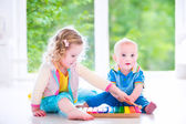 Kids playing music with xylophone — Stock Photo