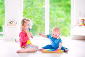 Kids playing music with xylophone — Stockfoto