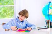 Haciendo los deberes niño sonriente — Foto de Stock