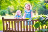 Two kids on a park bench — Stock Photo