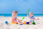 дети, играя на пляже — Стоковое фото