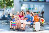 Familjen på flygplatsen — Stockfoto