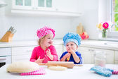 Kids baking pie — Stock Photo