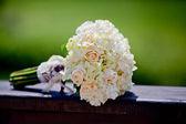 紫组的婚礼鞋的婚礼花束 — 图库照片