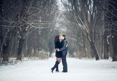 Couple in love kissing in the winter forest — Foto Stock