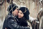 冬の森のキスの愛のカップル — ストック写真