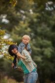 Maman a jeté le bébé dans ses bras — Photo
