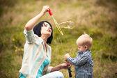 Ragazzino con bolle con mamma — Foto Stock