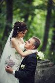 Casal na floresta abraçando, jovem noivo e noiva — Foto Stock