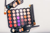 Cosmetics. Makeup brushes and make-up eye shadows — Stock Photo