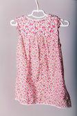 Isolé suspendu rouge robe fille — Photo