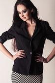Porträtt av en attraktiv snygg ung brunett kvinna. — Stockfoto