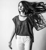 Retrato de belleza de mujer joven con el pelo largo. maquillaje brillante, verano, profesional. — Foto de Stock