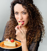Beautiful woman eating cheese cake — Stock Photo