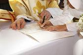Assinar a certidão de casamento — Fotografia Stock