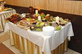 テーブルの上に食べ物の多く — ストック写真