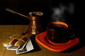 Cup of coffee, coffee pot and album with old photos on a wooden mat — Foto de Stock
