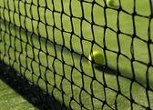Pelota de tenis detrás de la red — Foto de Stock