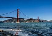 Golden gate reflectie op het water — Stockfoto